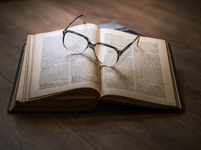 Gafas sobre un libro abierto